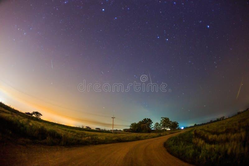 在繁星之夜天空的Geminid飞星 库存图片