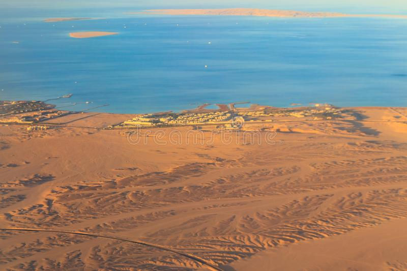 在红海、阿拉伯沙漠和旅游手段的鸟瞰图在洪加达,埃及附近 r 免版税图库摄影