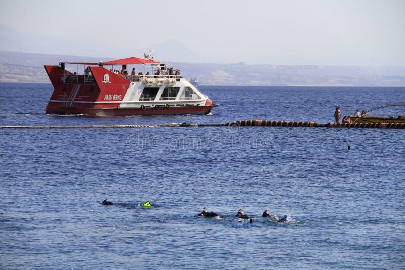 在红海的海豚礁石,游船 免版税库存图片