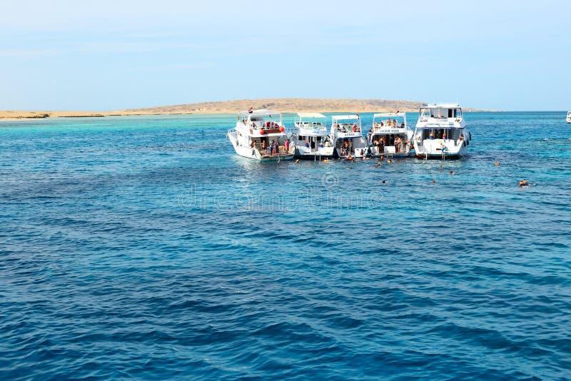 在红海的潜航的游人和马达游艇 免版税库存图片
