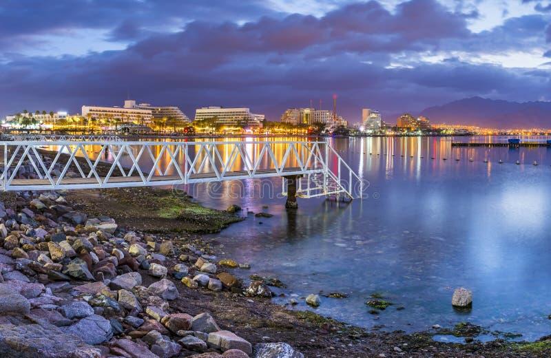 在红海,埃拉特,以色列的亚喀巴海湾的夜视图 免版税库存照片