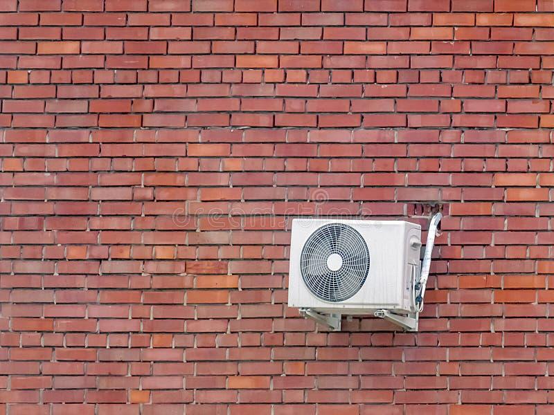 在红砖墙壁上的空调 图库摄影
