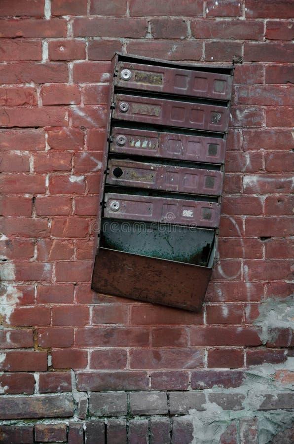 在红砖墙壁上的老苏维埃Inbox 库存图片