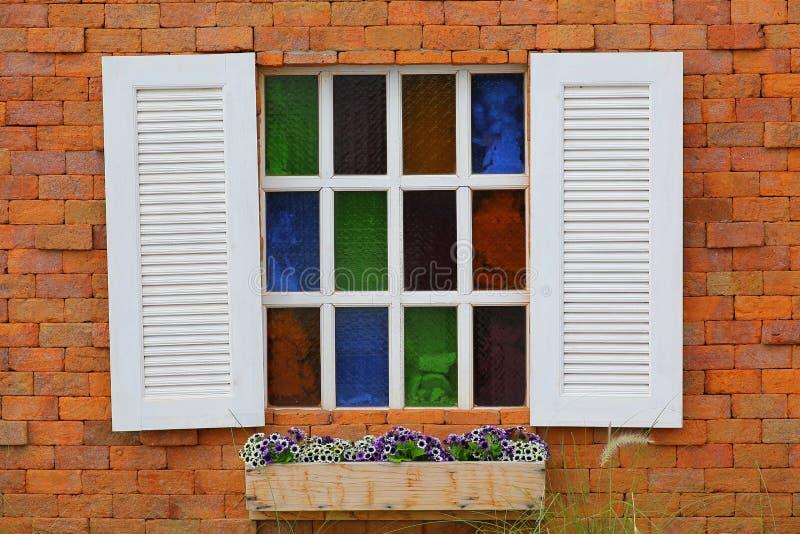 在红砖墙壁上的葡萄酒白色窗口 免版税库存照片