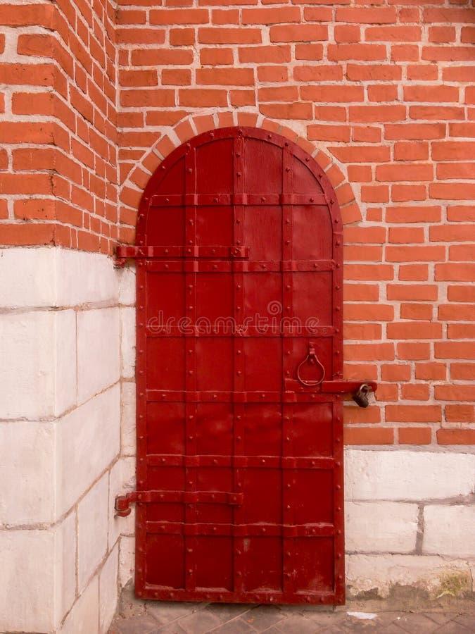 在红砖墙壁的老金属门  图库摄影