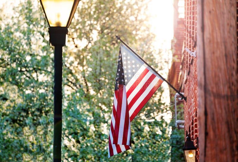在红砖房子的美国国旗在巴尔的摩 库存图片