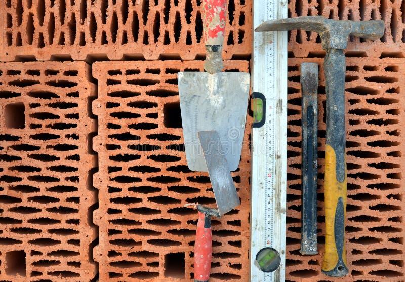 在红砖的石工工具 库存图片