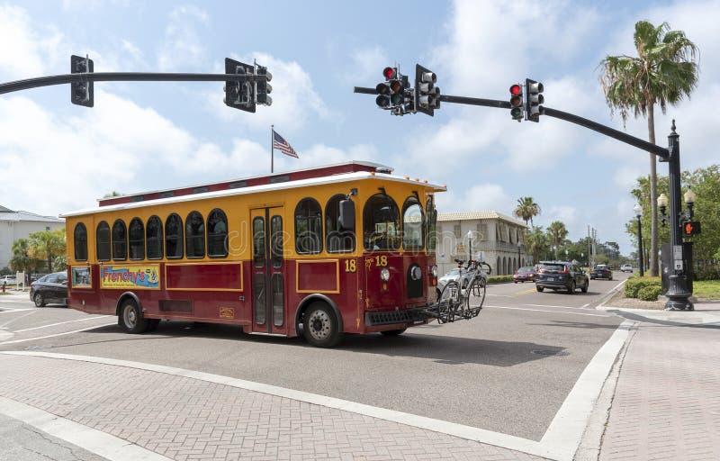 在红绿灯的电车在达尼丁,佛罗里达,美国 免版税库存图片