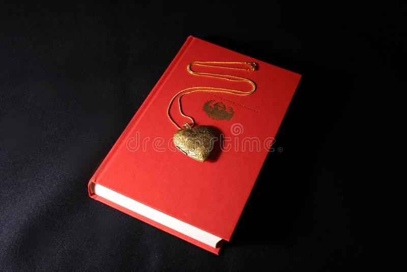 在红色书的金垂饰 库存图片