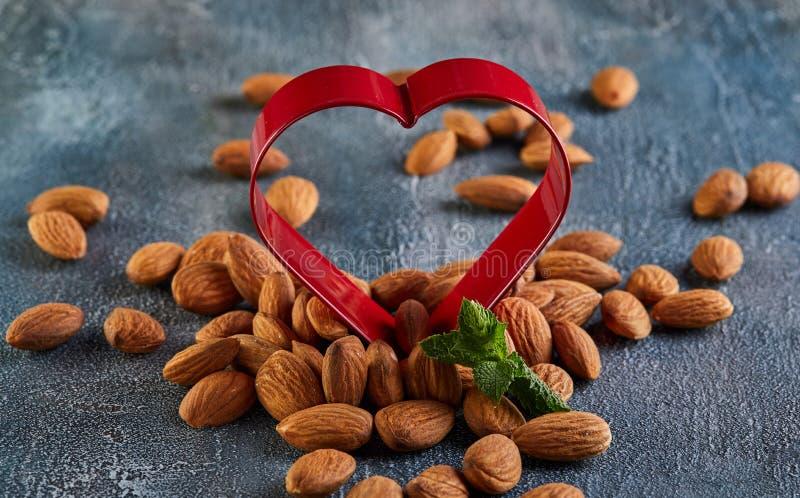在红色以心脏的形式,概念的杏仁为情人节 免版税库存照片