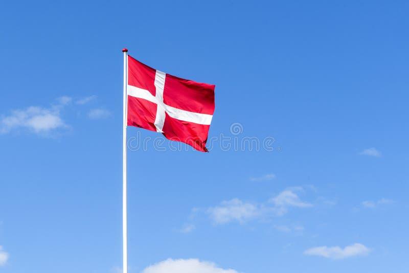 在红色和白色挥动的丹麦旗子在风 图库摄影