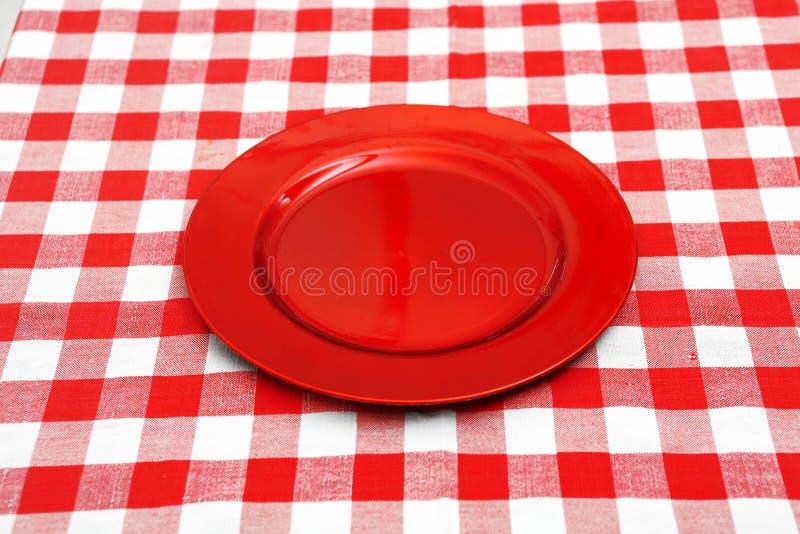 在红色和白色桌布的红色板材 库存图片