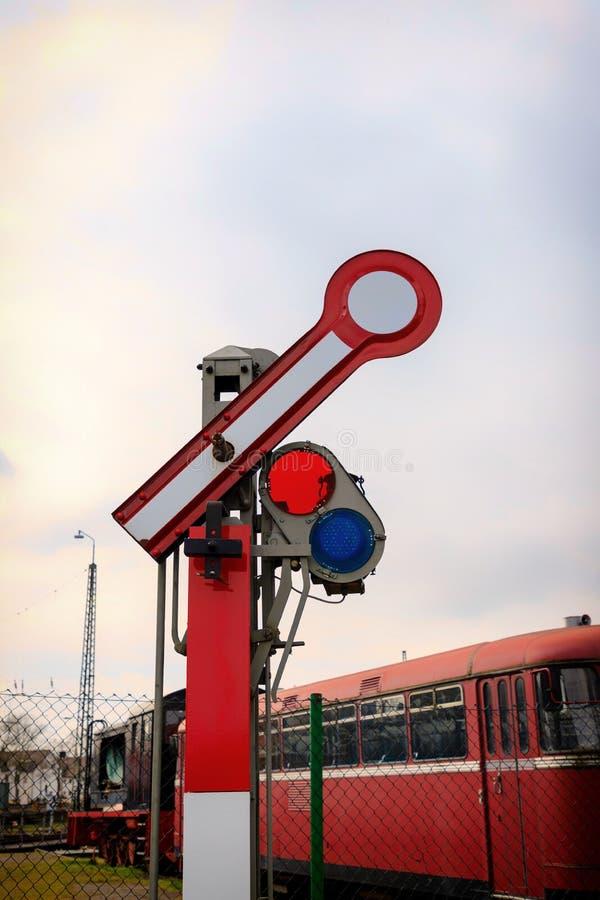 在红色和白色的老铁路信号 库存图片