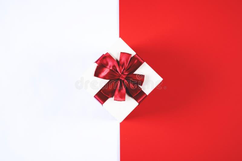 在红色和白色背景的美丽的当前箱子 库存图片