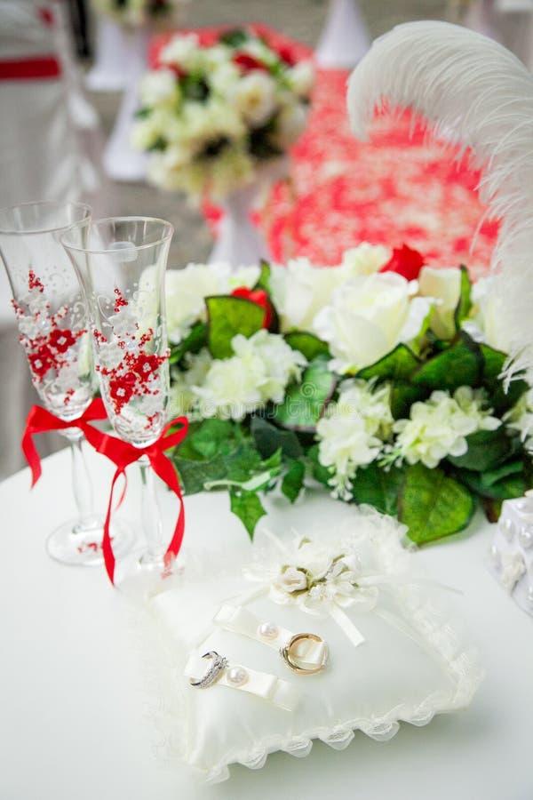 在红色和白色,花,婚戒的美丽,华美的婚礼装饰 库存图片