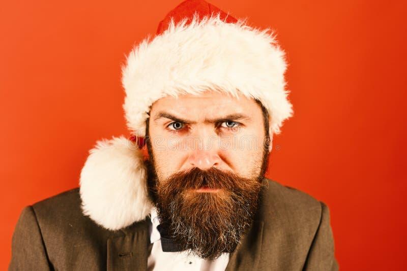 在红色圣诞节帽子和蝶形领结的圣诞老人 新年度 免版税库存图片