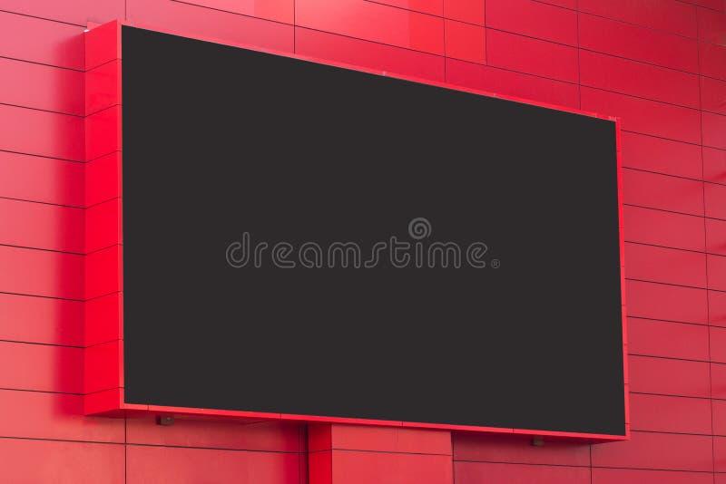在红色墙壁上的室外数字显示 库存照片