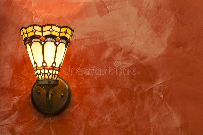 在红色墙壁的被隔绝的和装饰葡萄酒天花板灯 免版税库存照片