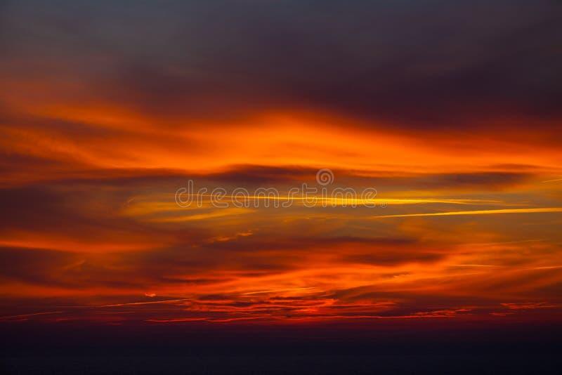 在红色天空的黑暗的云彩 库存图片