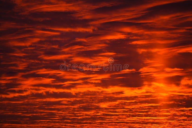 在红色天空的黑暗的云彩 库存照片