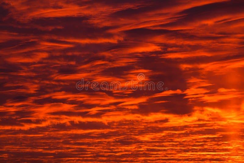 在红色天空的黑暗的云彩 免版税库存照片