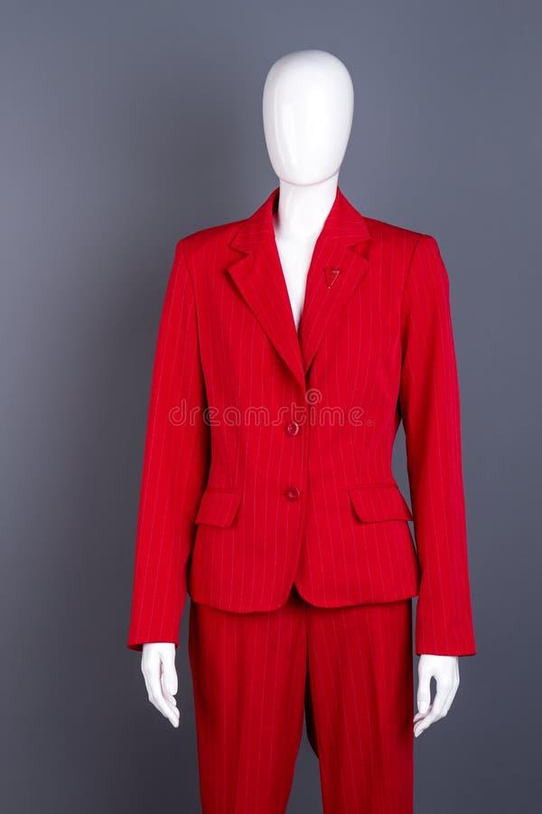 在红色女性正式样式衣服的时装模特图片
