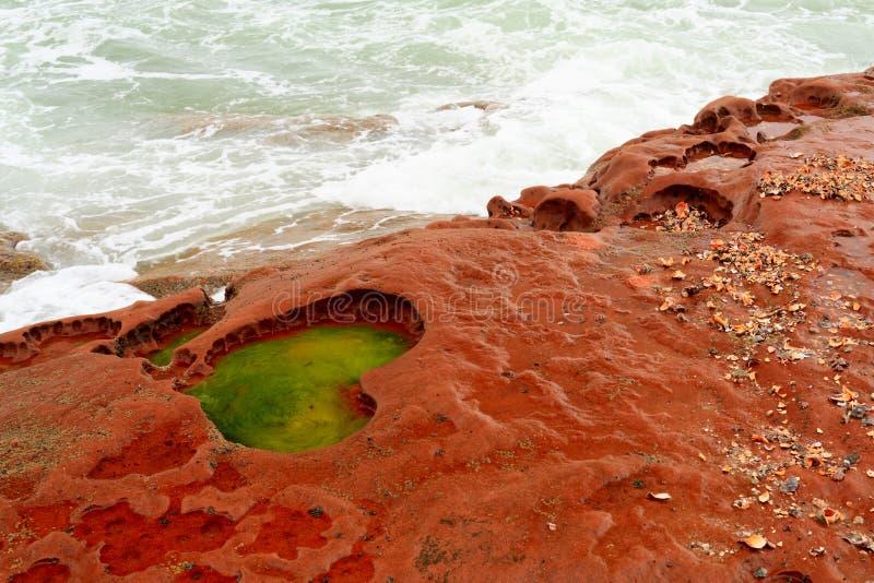 在红色岩石的心脏形状 免版税库存图片