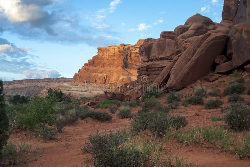 在红色岩石的清早日出 免版税库存图片