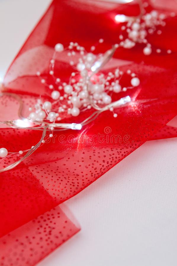 在红色布的被带领的光作为圣诞节制表装饰 免版税库存图片