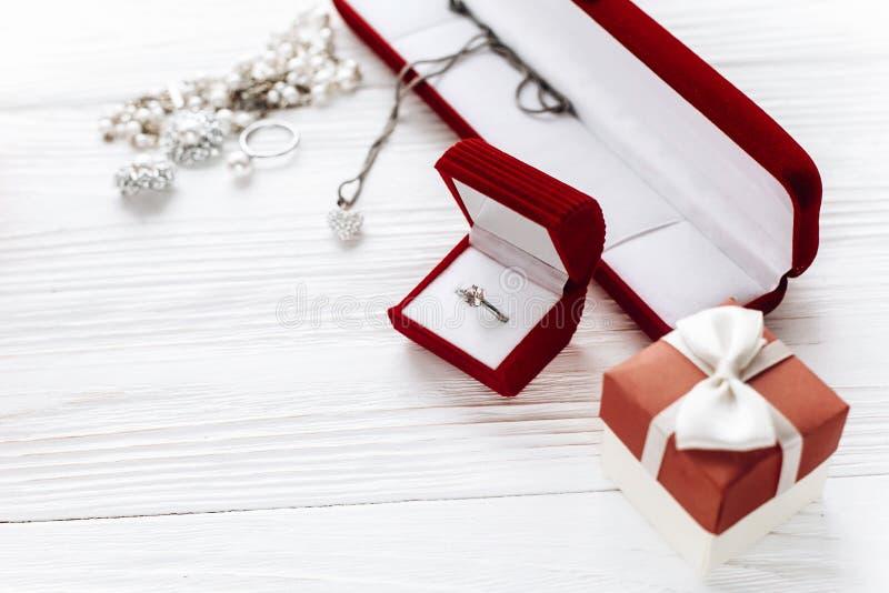 在红色当前箱子和豪华首饰acces的时髦的钻戒 图库摄影