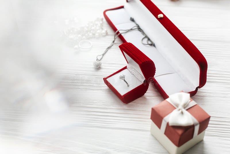 在红色当前箱子和豪华首饰acces的时髦的钻戒 免版税库存图片