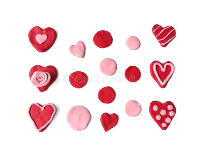 在红色心脏彩色塑泥黏土,美好的玫瑰色小点线面团的品种样式 库存照片