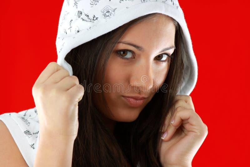 在红色性感的年轻人的背景女孩 免版税库存图片