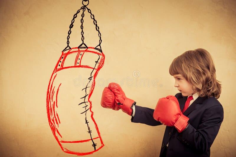 在红色拳击手套的商人孩子 库存图片