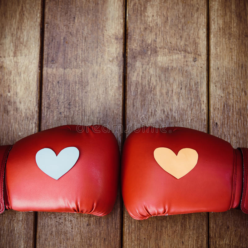 在红色拳击手套的心脏在木头 战斗f的概念性图象 库存照片