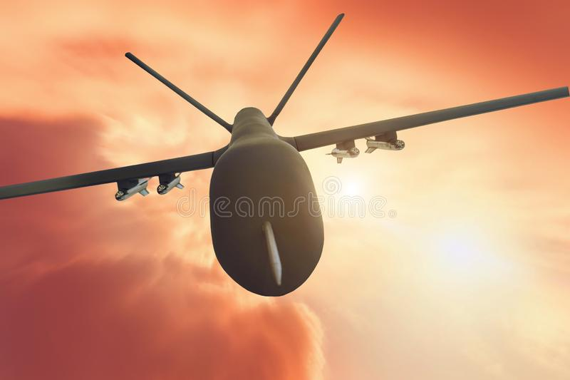 在红色日落背景的军事寄生虫飞行行动迷离 关闭视图 免版税库存照片