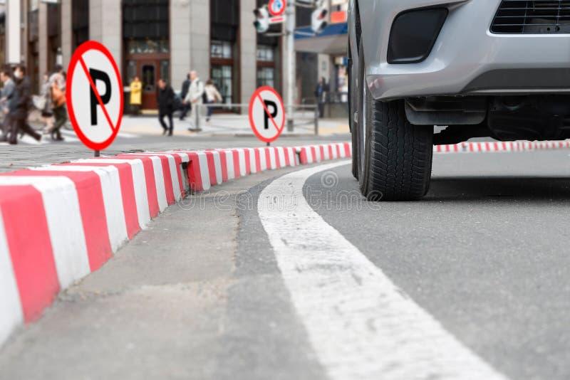 在红色条纹的禁止停车标志在街道上签字 图库摄影