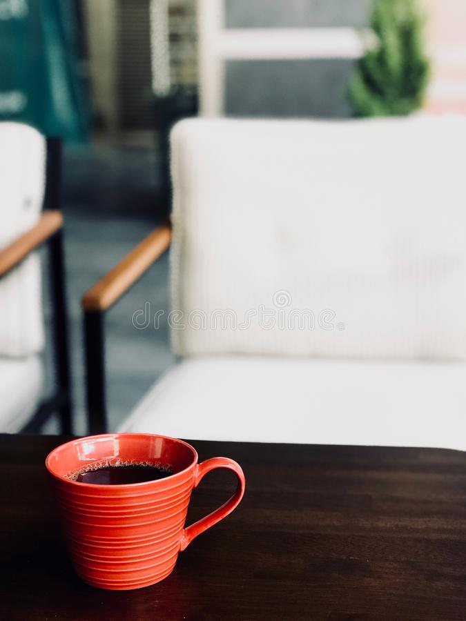 在红色杯的新鲜的煮的通入蒸汽的过滤器咖啡在咖啡馆商店 库存照片