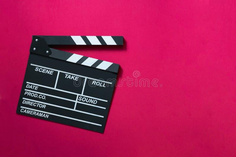 在红色桌背景的电影拍板 免版税图库摄影