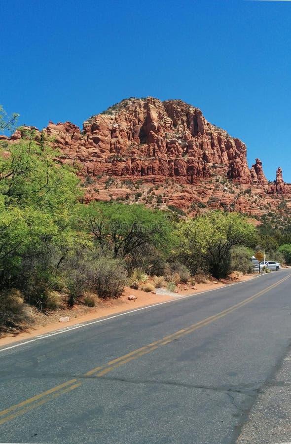 在红色橙色岩层前面的路在塞多纳,AZ 图库摄影