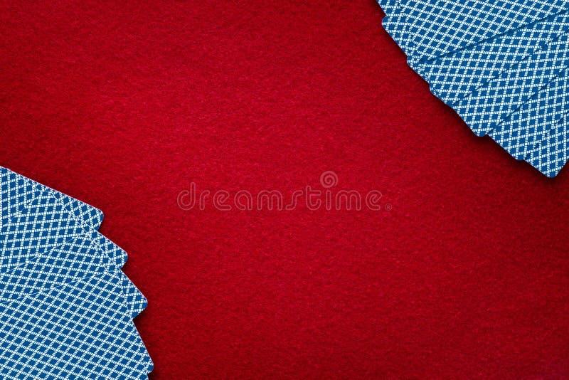 在红色毛毡的卡片 抽象背景,赌博,啤牌,黑 库存图片
