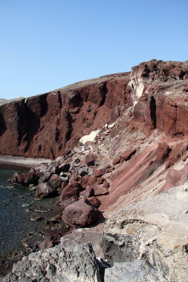 在红色海滩的Rockfalls圣托里尼 免版税库存图片