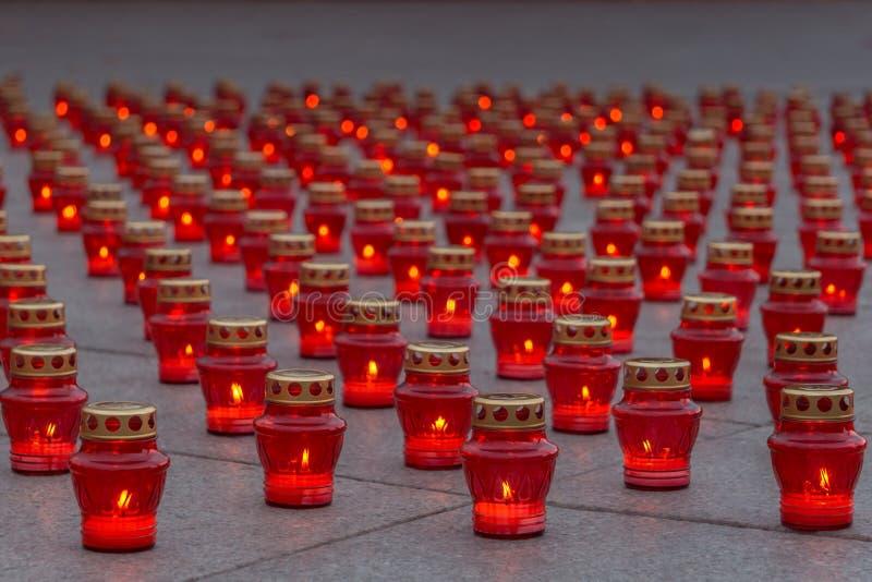 在红色灯笼的灼烧的纪念蜡烛在花岗岩平板 库存图片