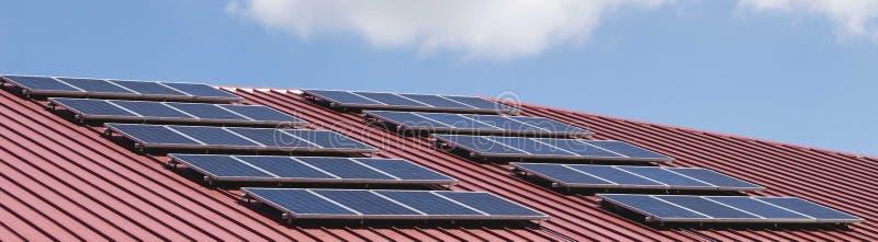 在红色瓦的太阳电池板样式 库存照片
