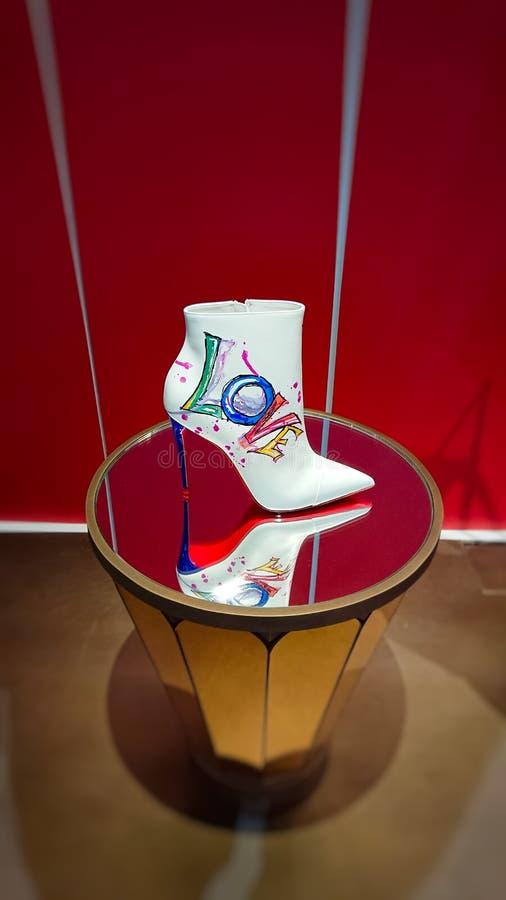 在红色白色和棕色背景的夫人白色爱鞋子 库存照片