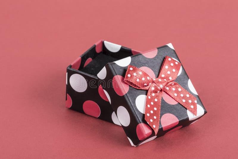 在红色的一个被打开的小礼物盒 免版税库存图片