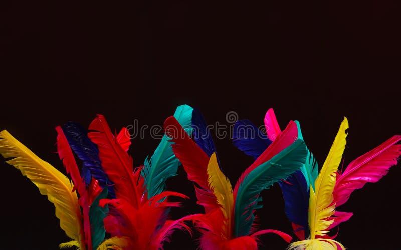 在红色的五颜六色的羽毛Shuttlecock,桃红色,黄色 库存照片