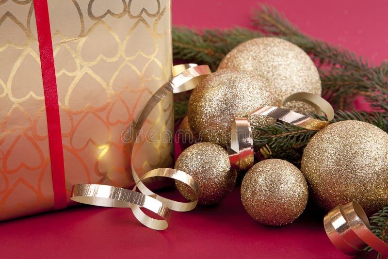 在红色的金黄圣诞节装饰 免版税图库摄影