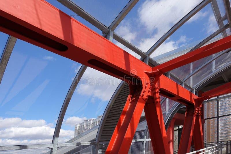 在红色的钢粱反对天空蔚蓝 顶上的段落 行业背景 免版税图库摄影