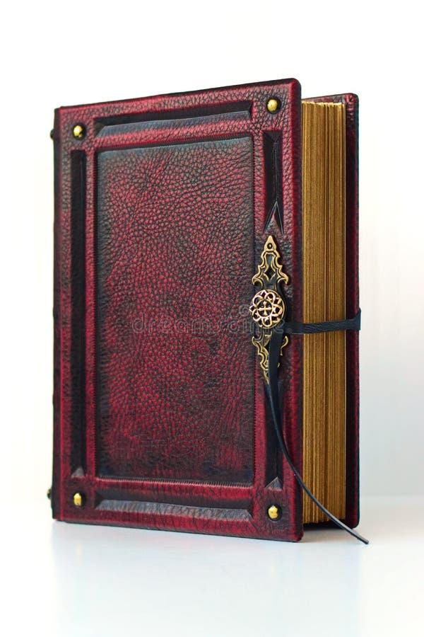 在红色皮革一定的葡萄酒书 免版税库存图片